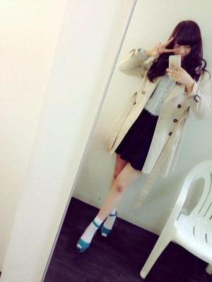 ロングコートとスカートを着用し自撮り撮影をしている西野七瀬