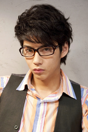 眼鏡をかけた賀来賢人