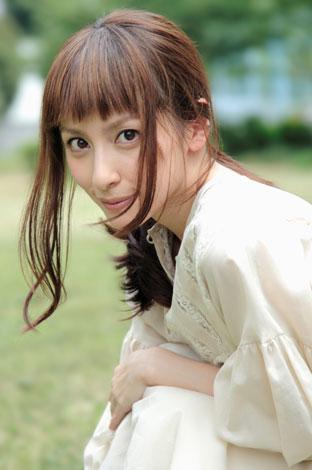 しゃがみこんでいる奥菜恵さん