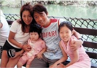 1994年に女優の荒井晶子と結婚