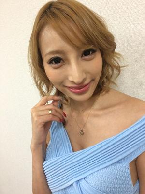 髪のアクセサリーが素敵な加藤紗里さん
